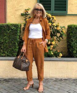 Conjunto en color camel para mujeres de 50 años o más