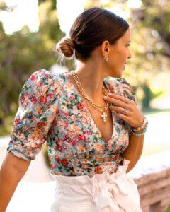 Look con blusa de escote floreado para mujeres