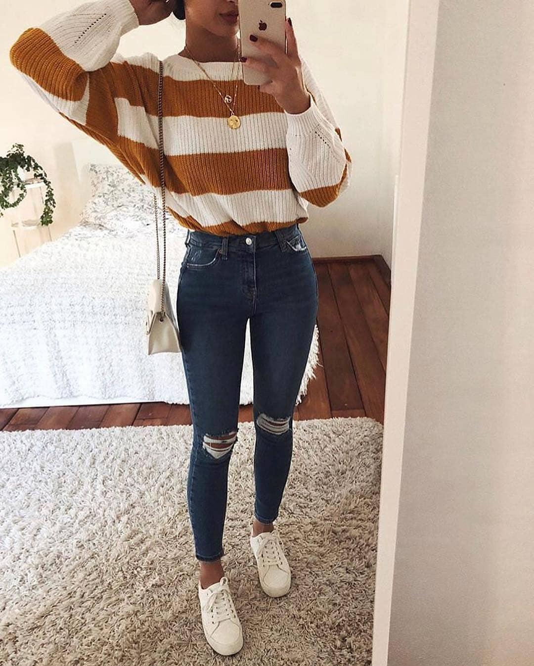 Look con jeans clásicos y rasgados