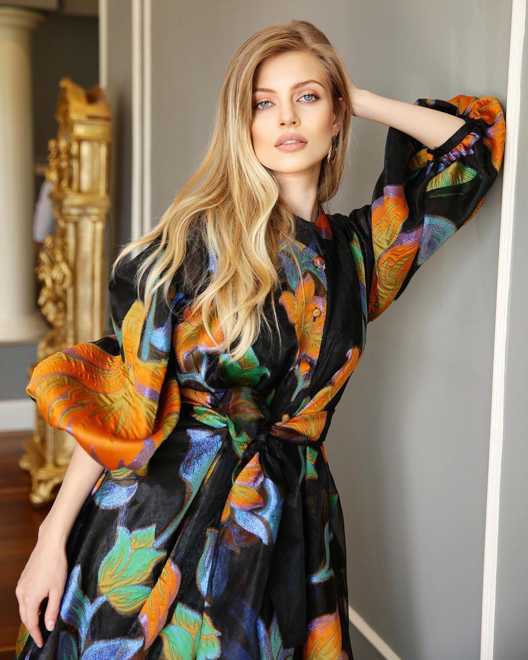 Look con vestido floreado para lucir espectacular
