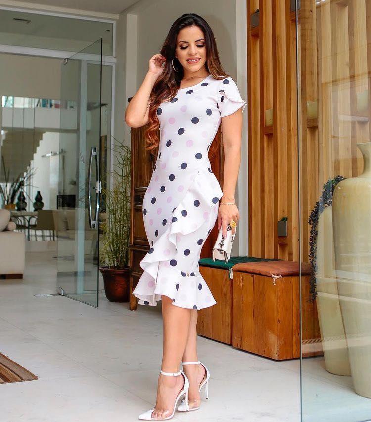 Look de vestido elegante con holanes y lunares