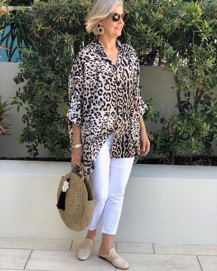 Moda de blusa con animal print para señoras de 50 años o más