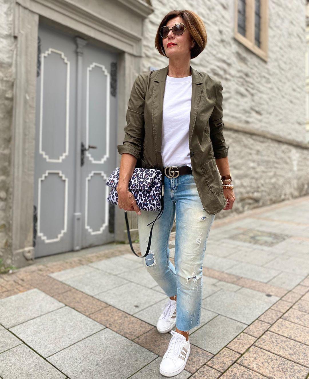 Outfit casual con blazer para mujeres mayores de 50 años
