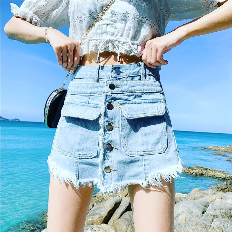 Outfit con falda de mezclilla deshilachada