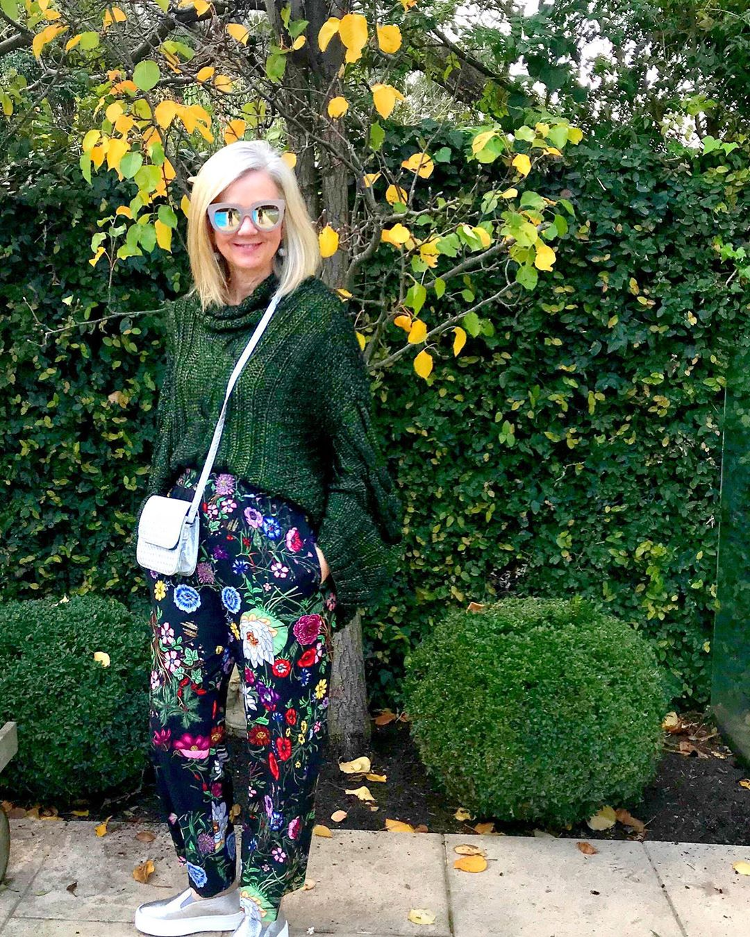 Outfit con pantalón floreado y maxi suéter