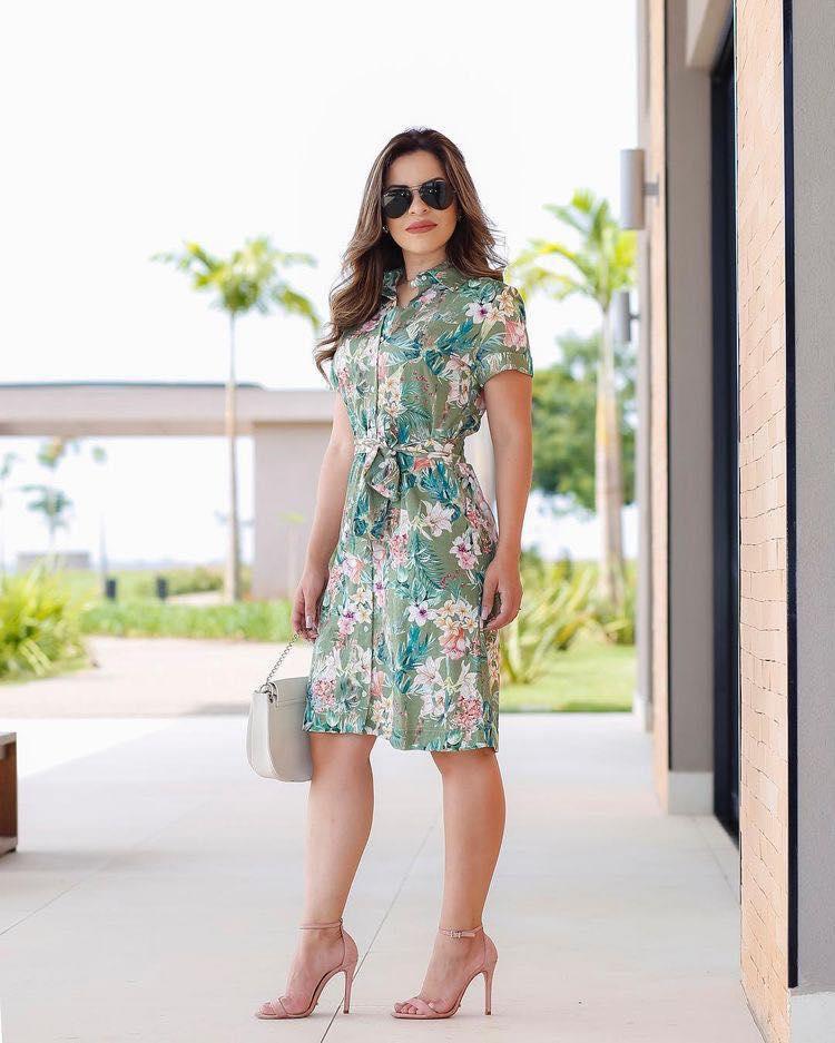 Outfit con vestido floreado para mujeres maduras