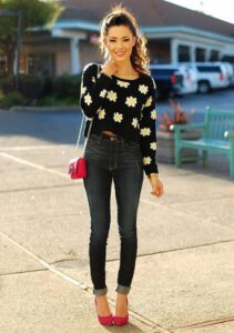 Outfit de pantalón de mezclilla con suéter crop top