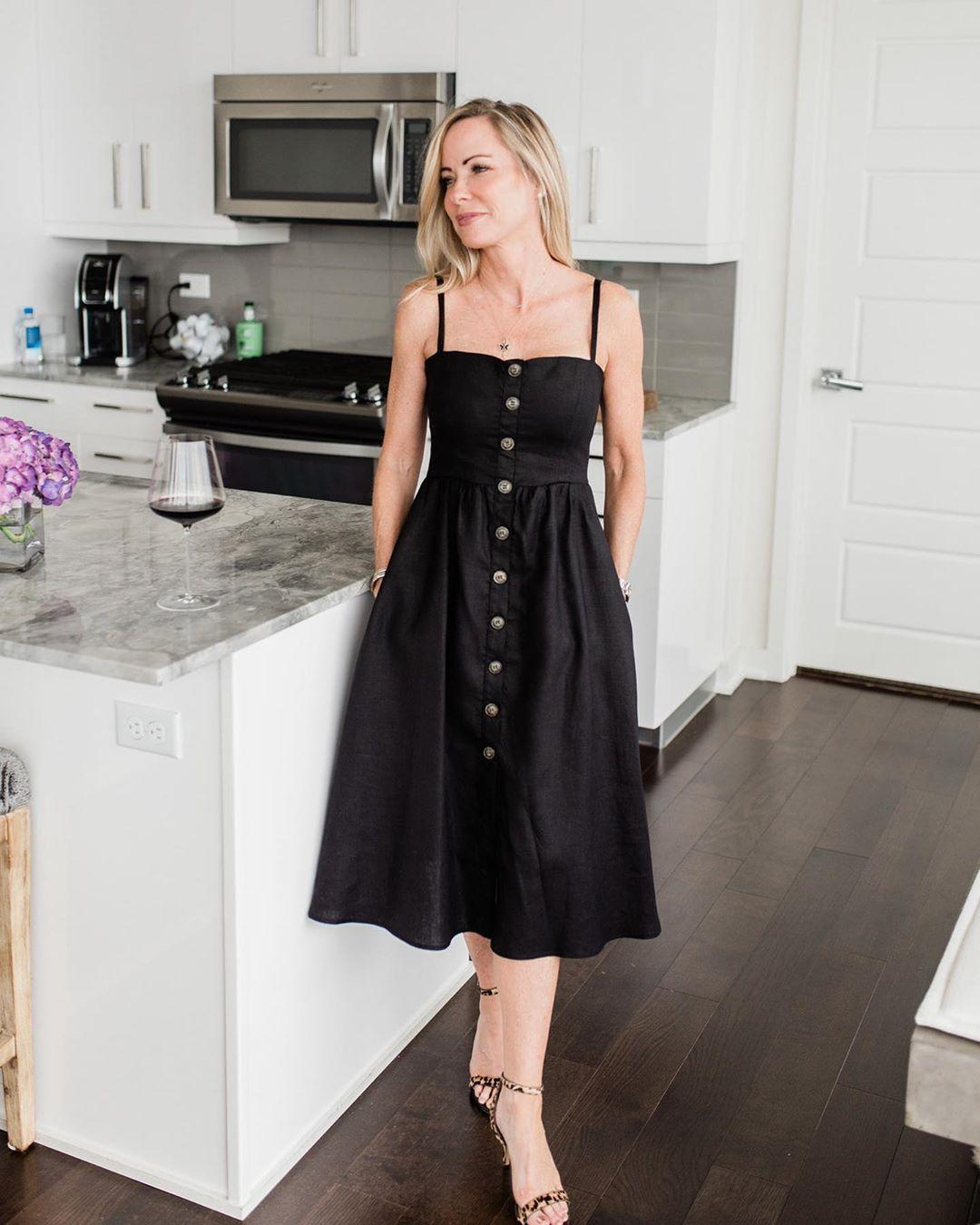 Vestido abotonado de tirantes color negro para mujer madura