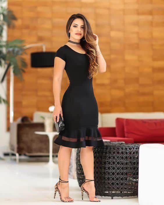 Vestido negro discreto y elegante para mujeres maduras