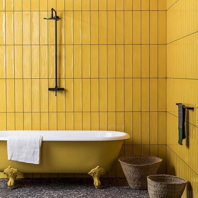 Baño unicolor con color mostaza para el hogar