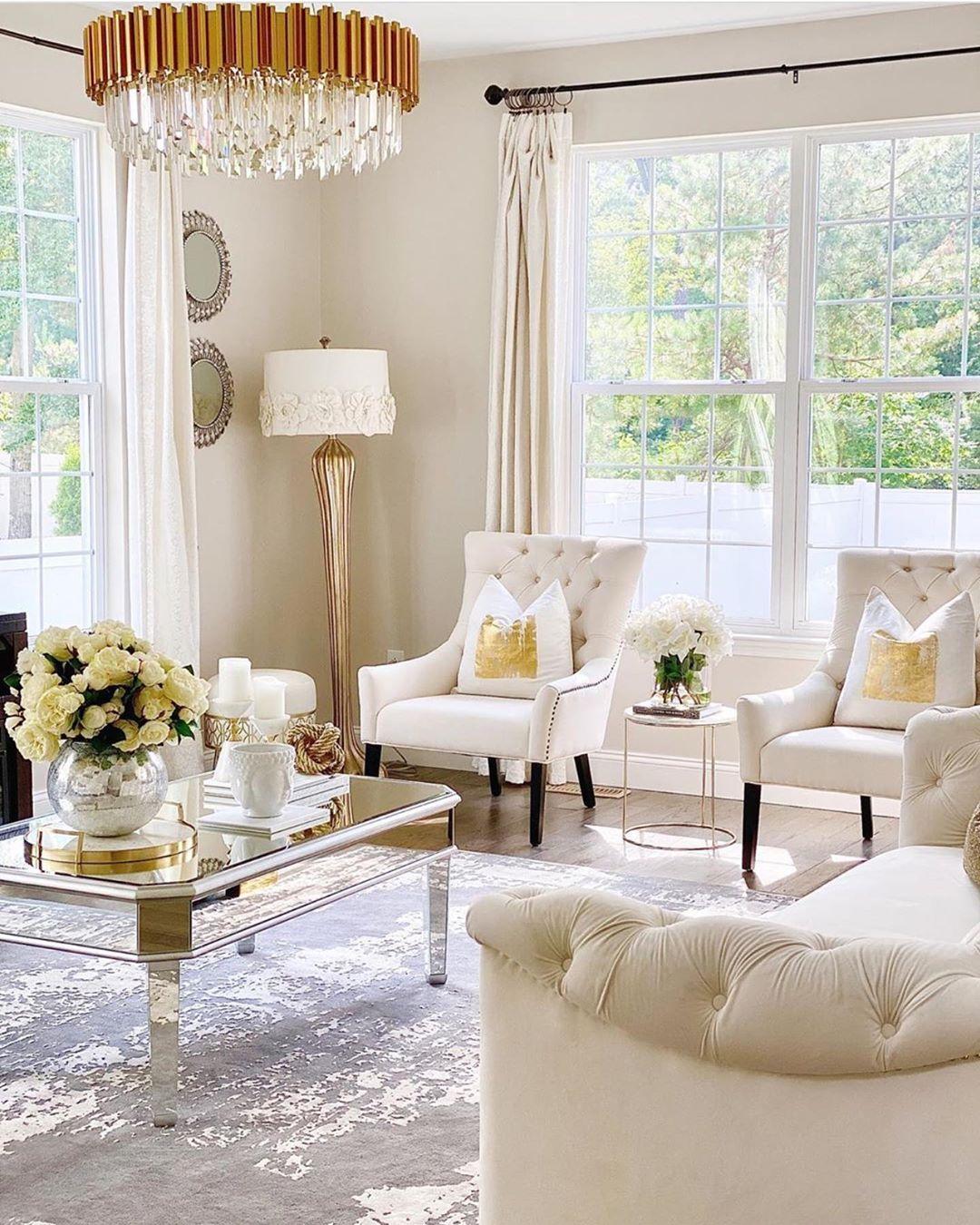 Cojines decorativos en blanco y dorado con sillones en beige