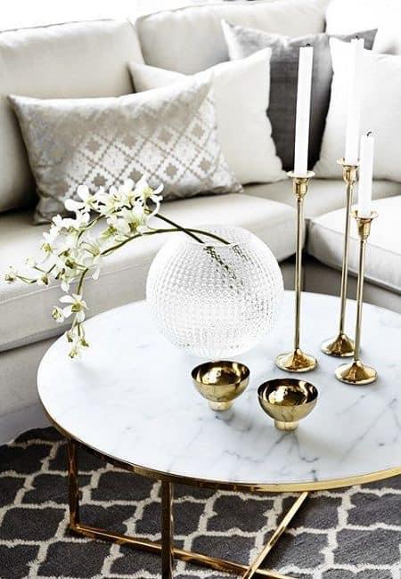 Combinación de blanco y dorado para mesa de centro