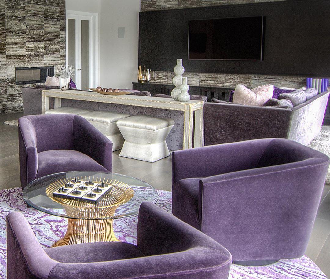 Combinación de color morado y blanco para sala de estar