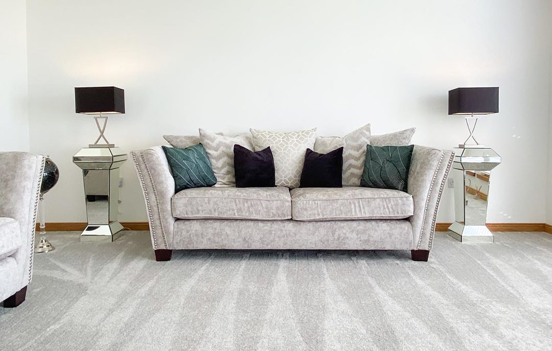 Cómo decorar una sala de estar con blanco, negro y verde esmeralda
