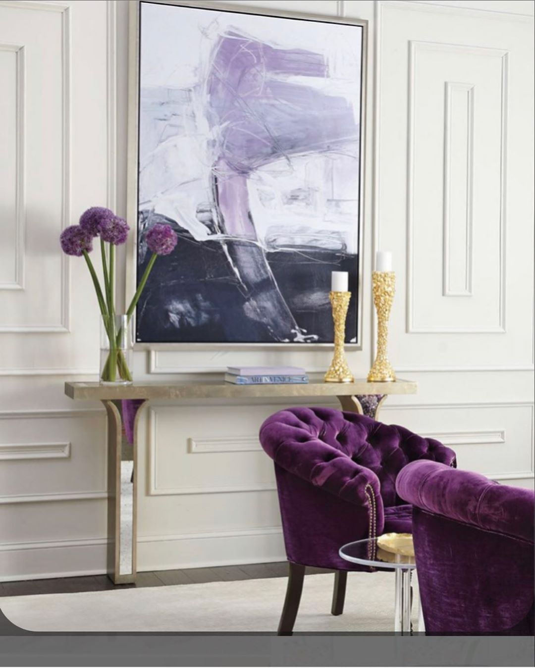Cómo decorar una sala de estar con color morado y blanco