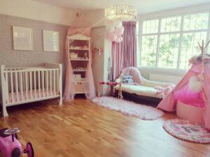Cuarto para niñas en colores rosa y morado