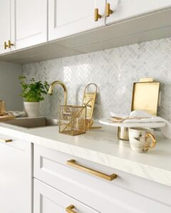 Decoración de cocinas con tonos blancos y beige