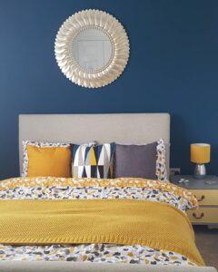 Dormitorio con decoración en color mostaza