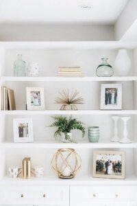 Elementos decorativos en dorado con fondo blanco