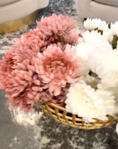 Florero decorado con flores artificiales