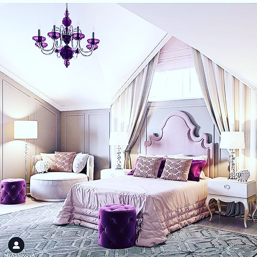 Habitación con elementos decorativos en color morado y rosa