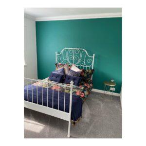 Ideas para decorar tu habitación con color esmeralda blanco y morado
