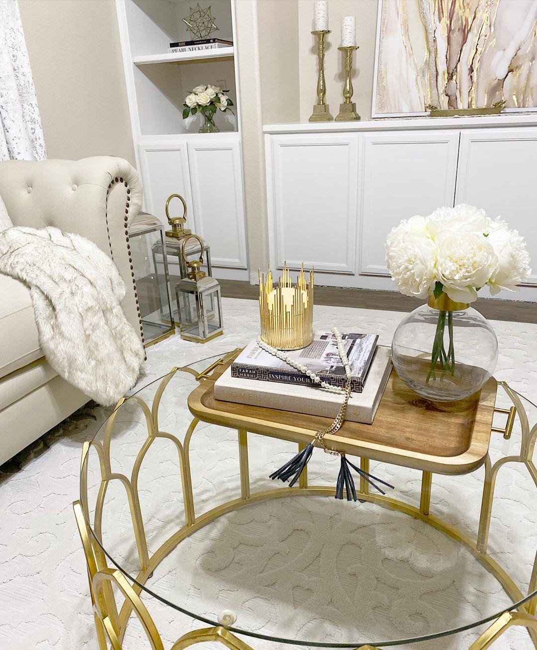 Mesa dorada con combinación en blanco y beige