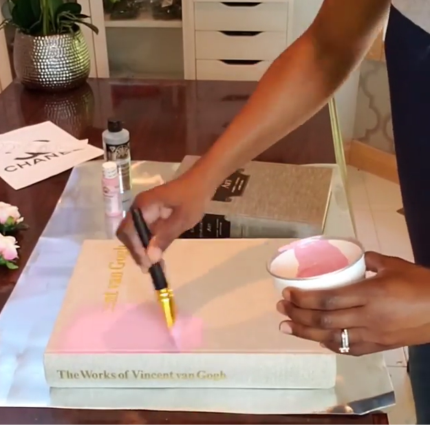 Pintar el libro de rosa claro