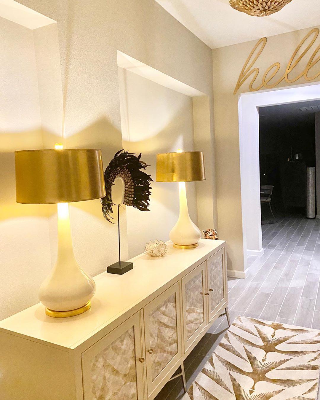 Recibidor beige con decoración blanco y dorado