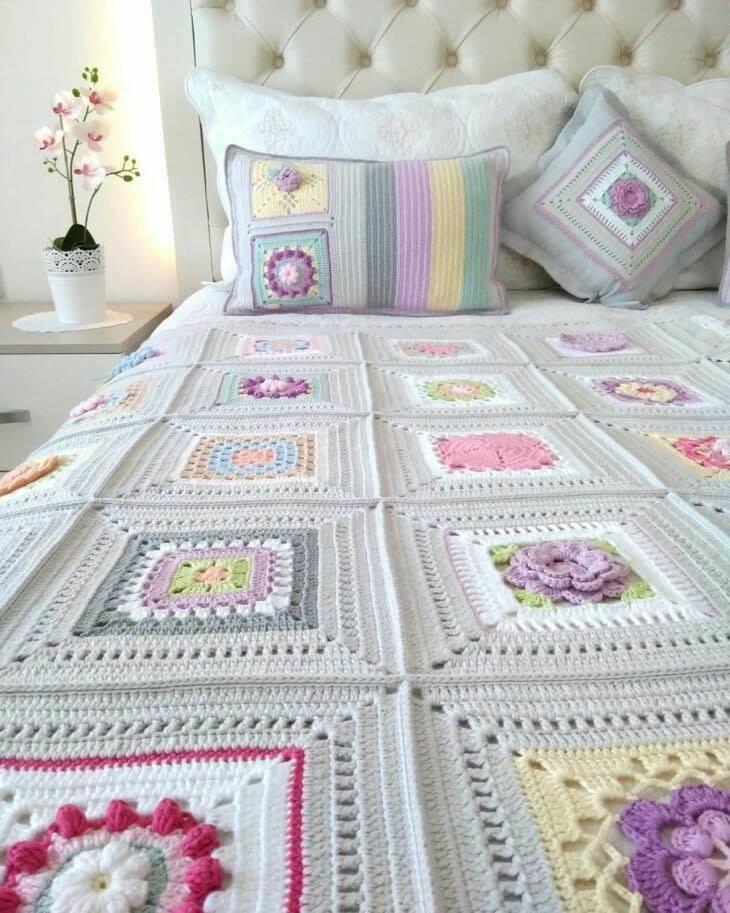 Hermosa decoración hecha de crochet para la cama