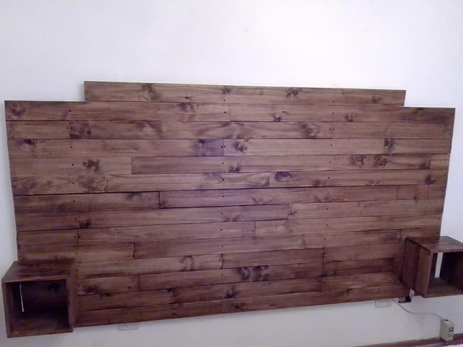 Tablas de madera para decorar la cabecera de la cama