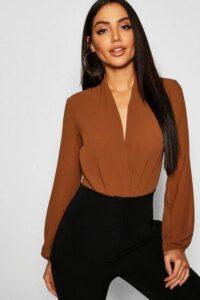 Outfits con blusas café para la temporada otoño - invierno