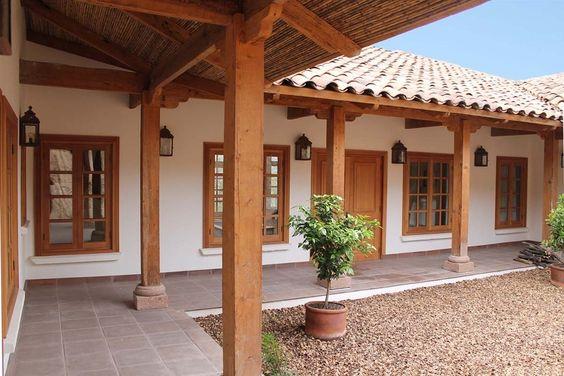 Casa rústica de teja con grandes ventanas