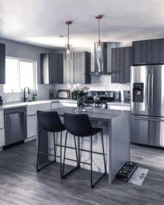 Islas en blanco y negro para cocinas pequeñas