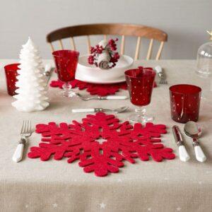 Mesa para la cena navideña en color rojo